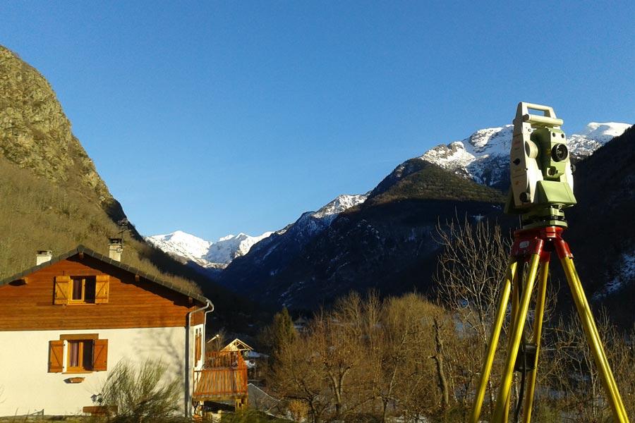 Topographie en Ariège, pour établir un plan à grande échelle avec différents moyens ingénieux.
